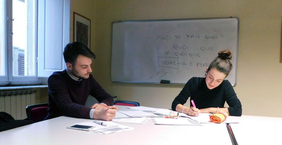 Studente ed insegnante in un corso di francese